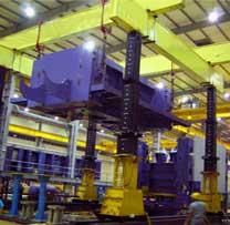两组液压龙门吊安装大型压力机